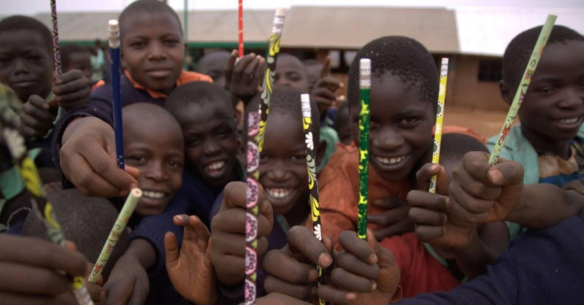 一張「舊鞋,救命」海報改變非洲孩子命運!楊右任:「台灣的一點資源,發揮很大的影響」